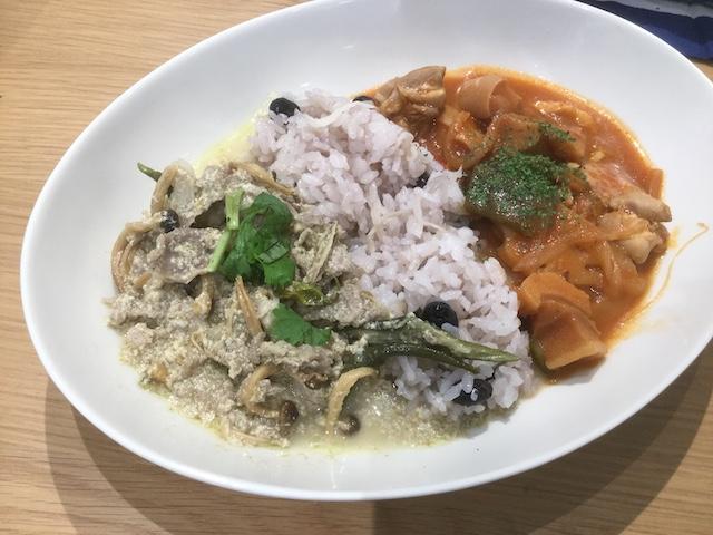 タイ風グリーンカレーとトマト味のシチューの2種盛り