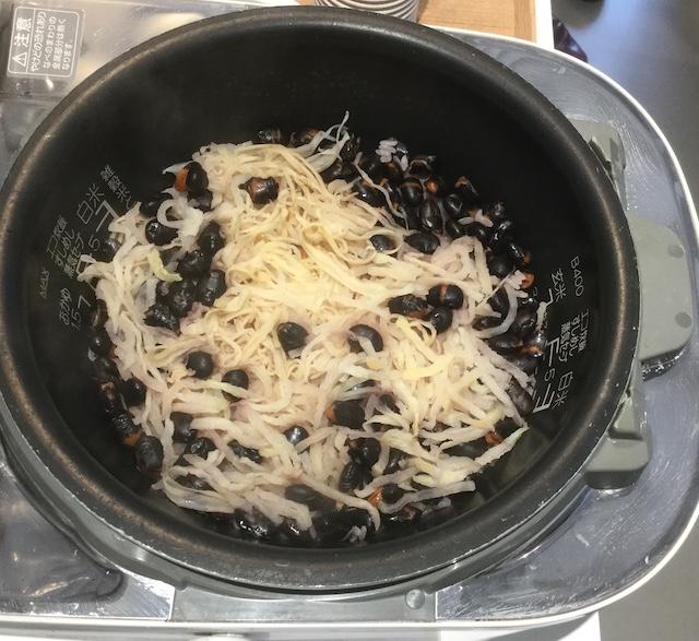 切り干し大根と黒煎り大豆の炊き込みご飯