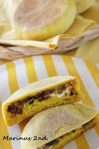 卵もバターも不使用。たかきびと乾燥ほうれんそうを使った焼きカレーパン