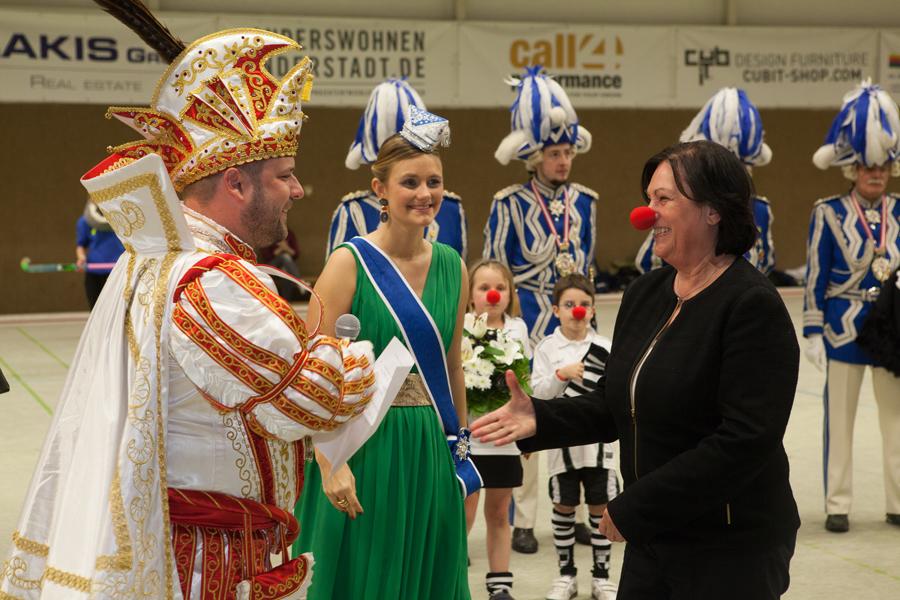 Sigrid Dettmer schenkte dem Prinzenpaar beim Saitta-Abend Fortunakarten