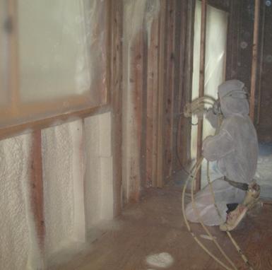 外壁面には断熱材を吹き付け工事