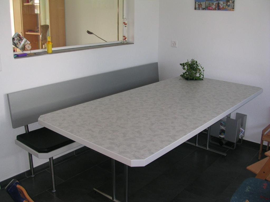 Sitzbank mit Lederpolster, Tisch kunstharzbelegt
