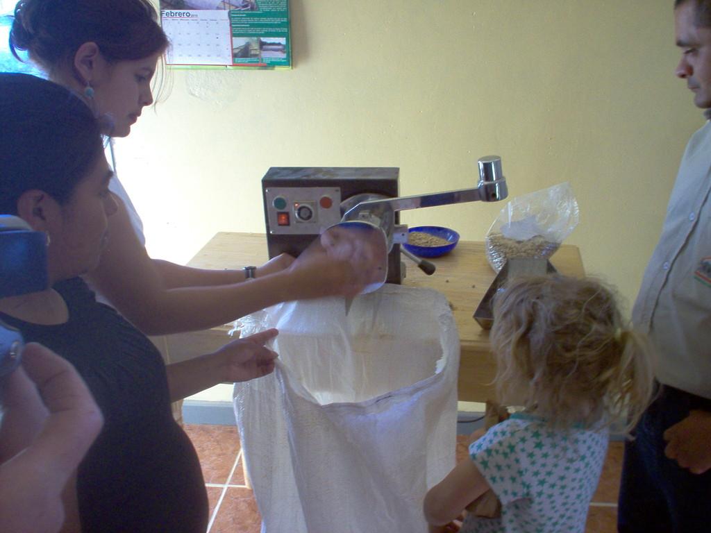 kleine Dreschmaschine im Labor von COMUCAP