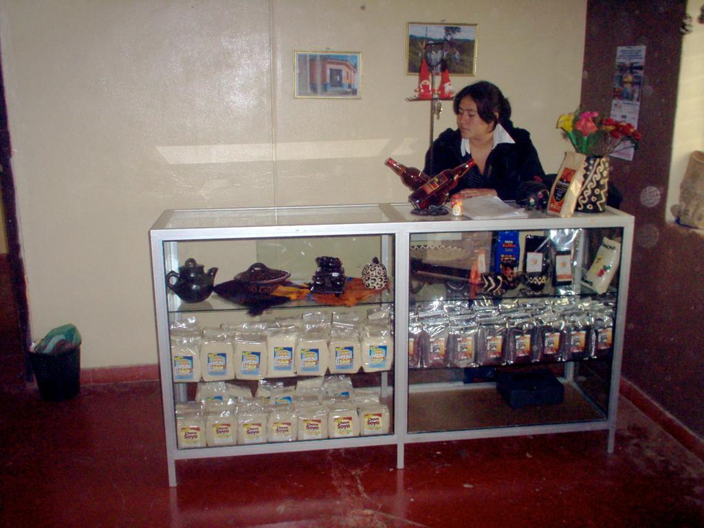 Verkäuferin im COMUCAP-Laden