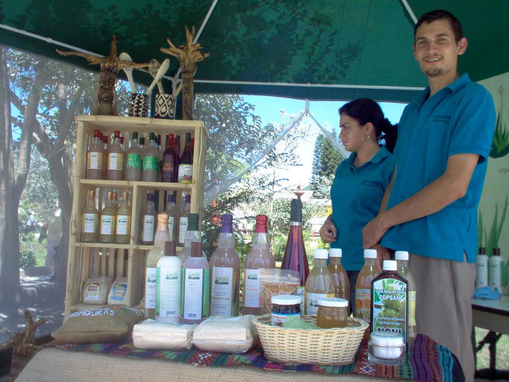 Verkaufsstand mit COMUCAP-Produkten auf dem Marcala-Festival, März 2010