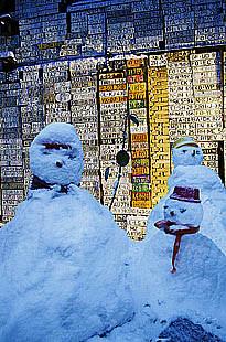 3 Blaue Schneemäner vor Wand mit Kfz.-Kennzeichen