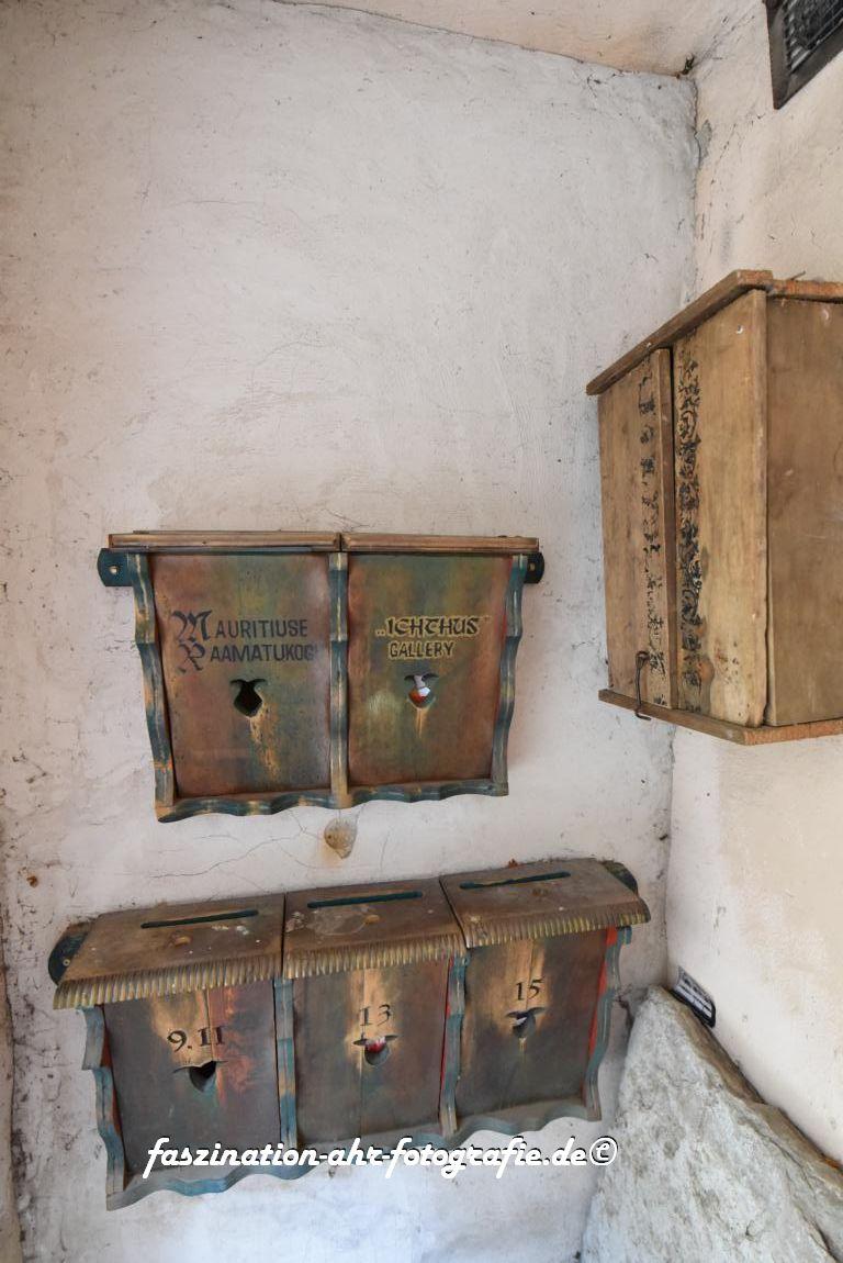 Links, das sind Briefkästen, rechts ist ein Schaltschrank