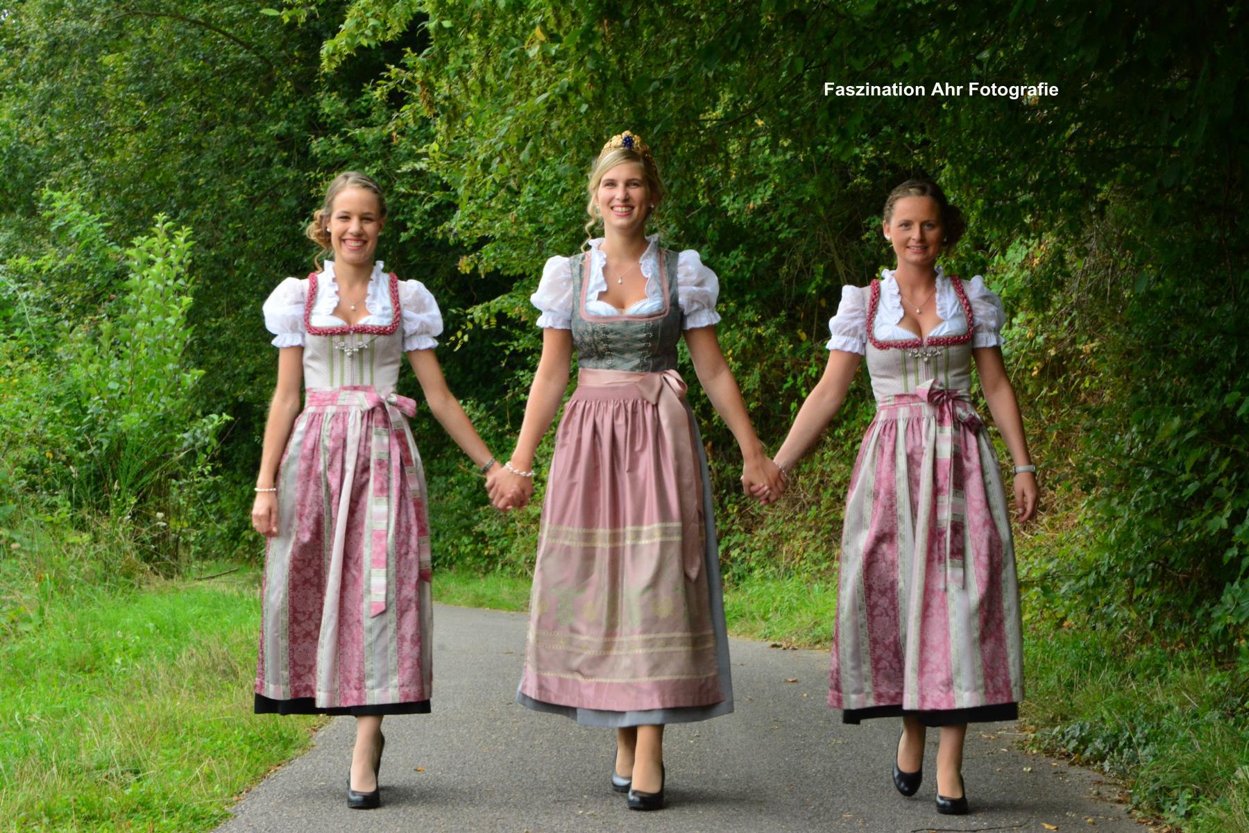 Dieses Bild sagt vieles über die Damen aus. Sie sind seit der Kindergartenzeit befreundet und gehen gemeinsam durchs Leben.