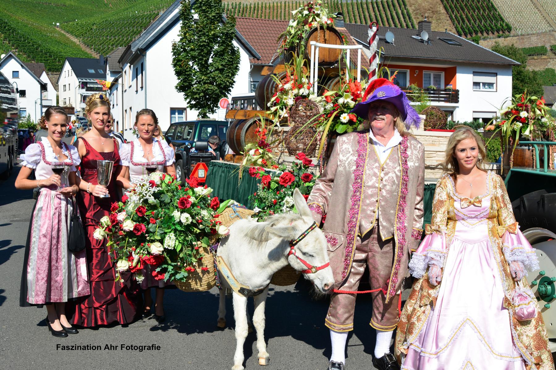 Die Majestäten mit dem Wappentier der Gemeinde Dernau.