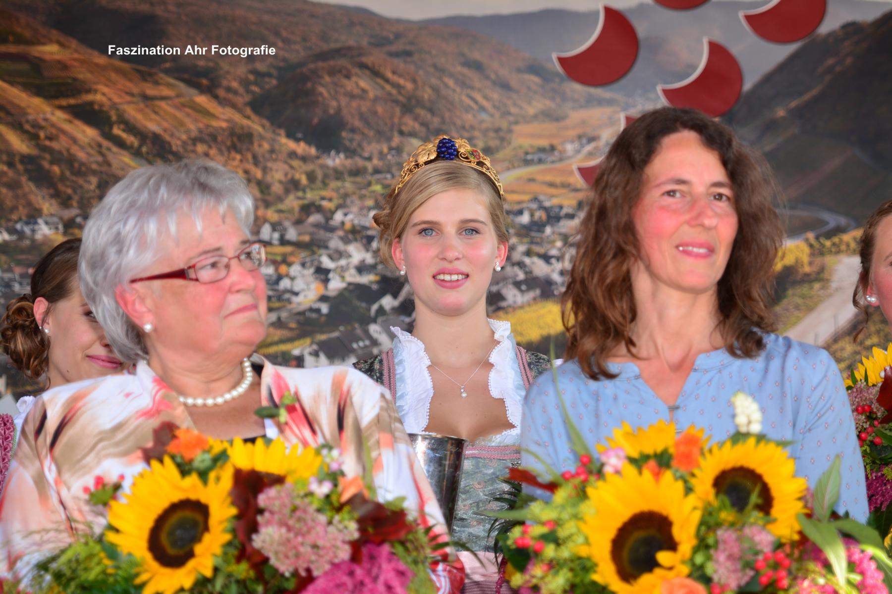 Drei Generationen Weinkönigin. In der Mitte die amtierende Weinkönigin, rechts die Silberjubilarin Anja Josten, links die Goldjubilarin Anneliese Schrading.