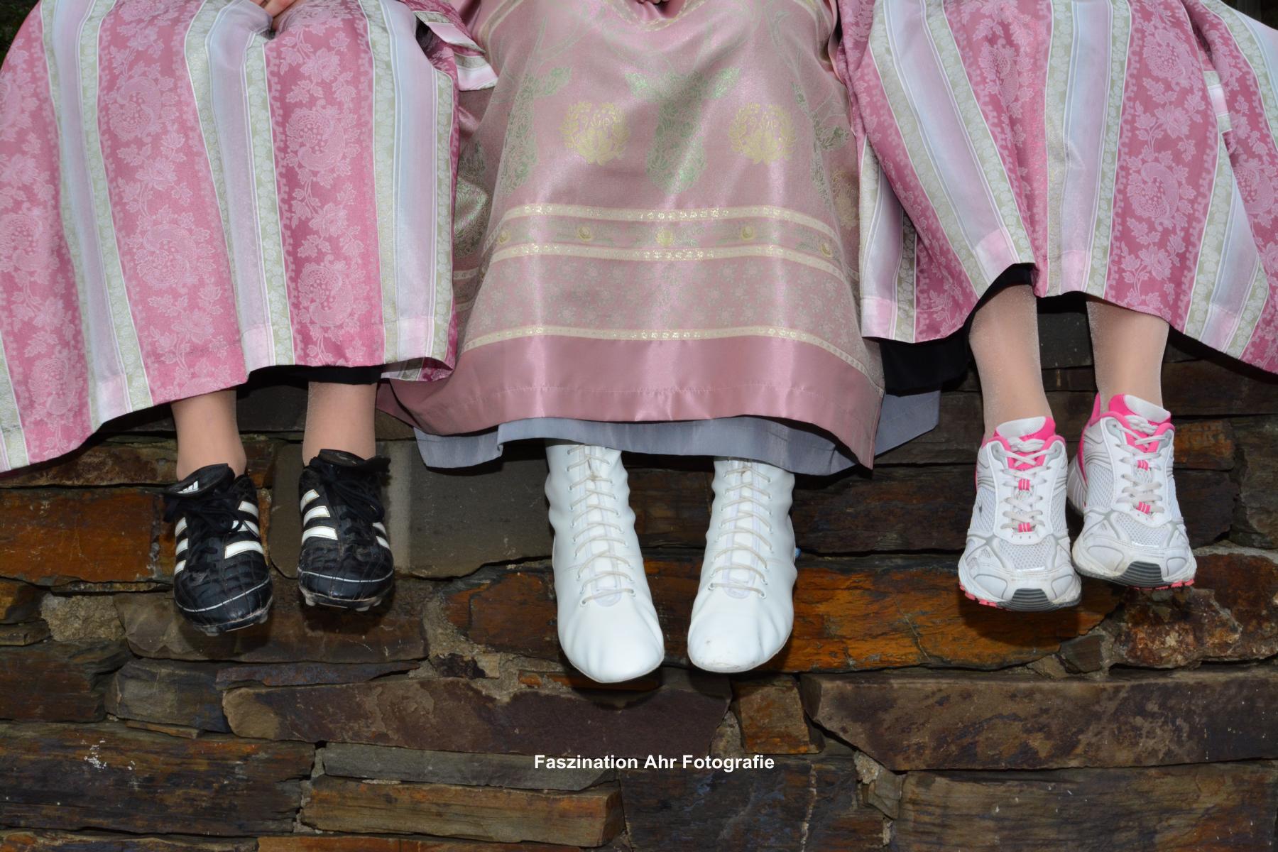 Dieses Bild zeigt die Hobbys der Damen. Wem gehört wohl welches Paar Schuhe?....