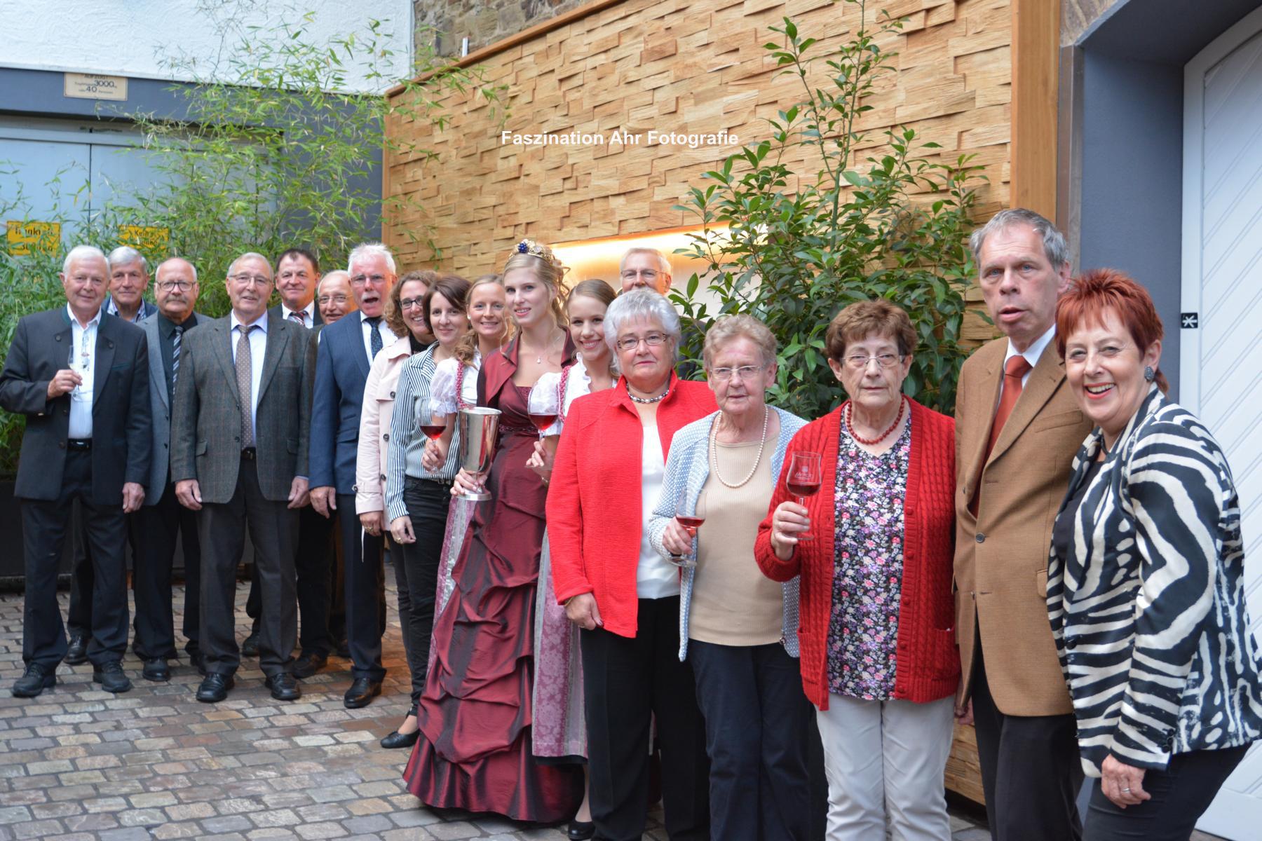 Der Verkehrsverein mit den Jubiläumsweinköniginnen, der amtierenden Weinkönigin mit ihren Prinzessinnen und Verbandsgemeindebürgermeister Achim Haag.