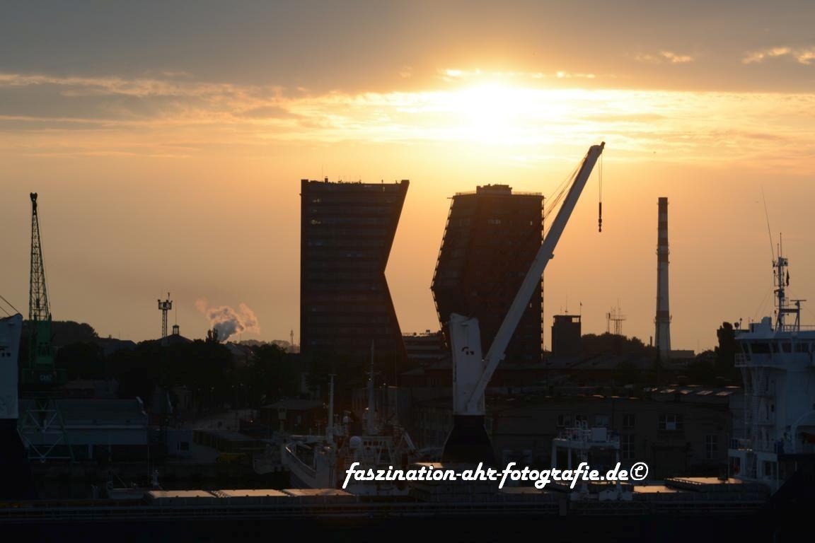 Moderne Architektur im Sonnenaufgang