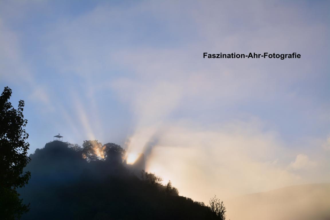 Burg Are hoch über Altenahr erstrahlt in gleißendem Licht