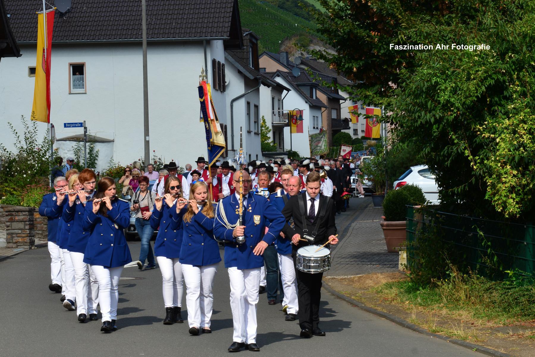 Dann kamen die Gäste unter musikalischer Begleitung des Tambour Corps Dernau und...