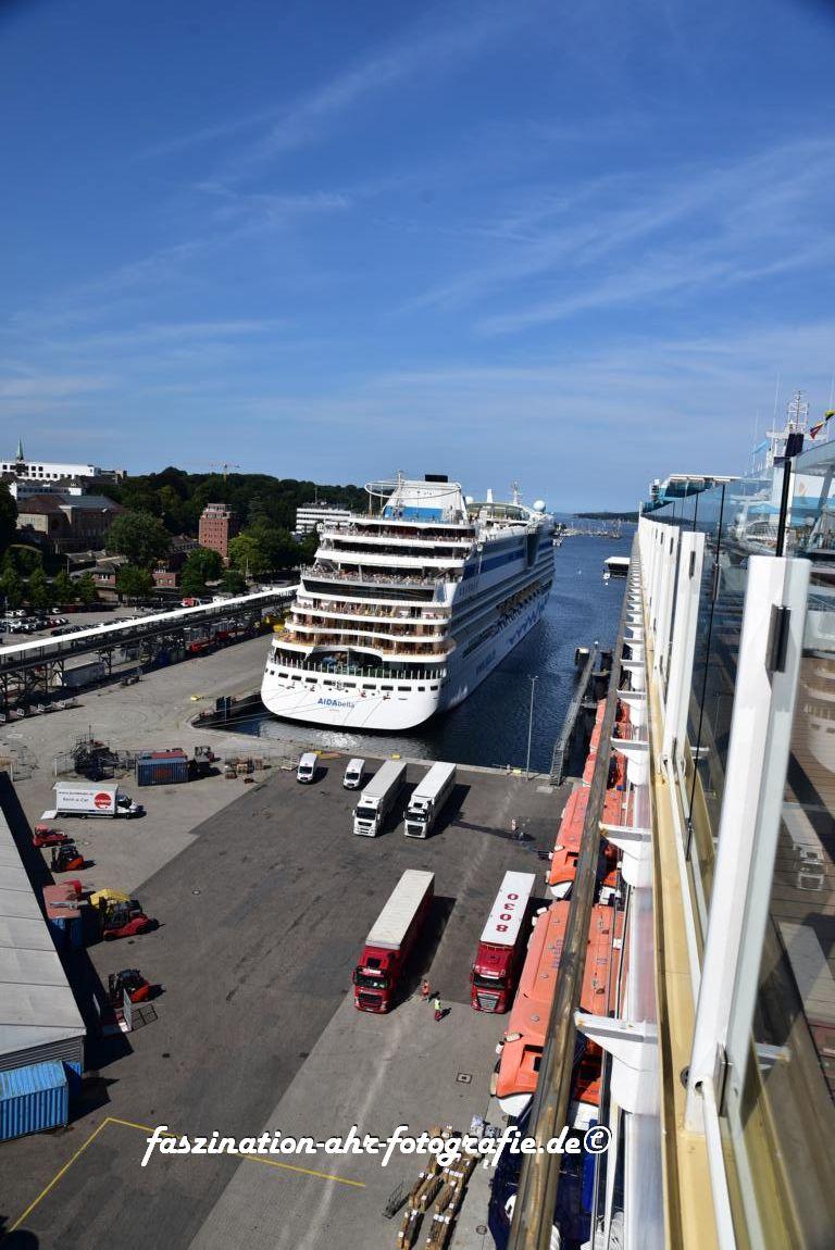 Hier sieht man die Größe des Schiffs. Nebenan ein Schiff von AIDA, dazwischen die 40 Tonner LKW's
