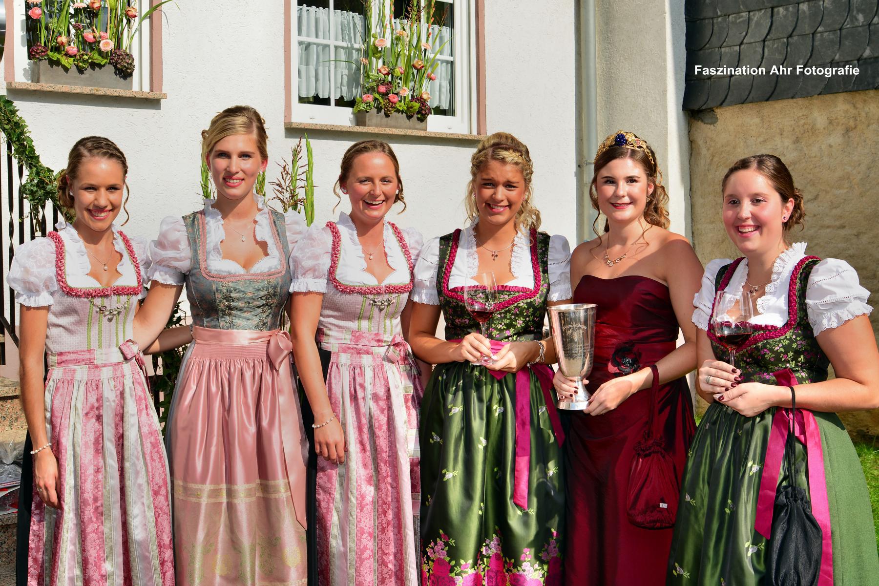 Die noch amtierende Weinkönigin Jennifer Surges mit ihren Prinzessinnen...