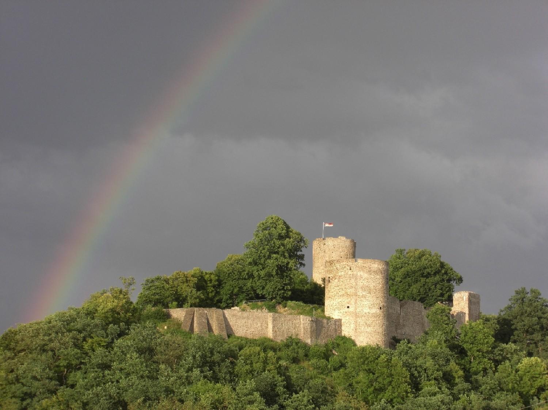 Regenbogen über Burg Blankenberg