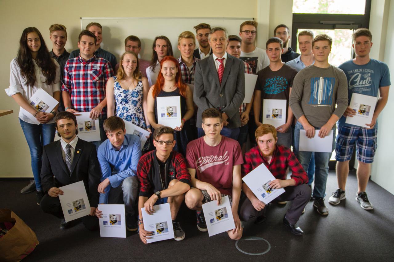 Klasse BG13b, in der Mitte Tutor Günther Blank