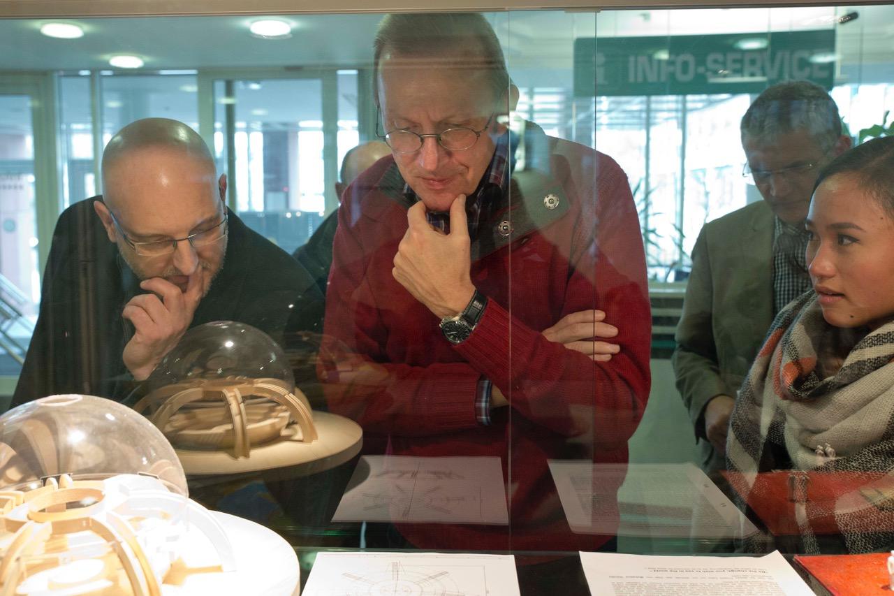 von links Hr. Wujanz, Hr. Arnold, Schülerin Fillamery Fuginski