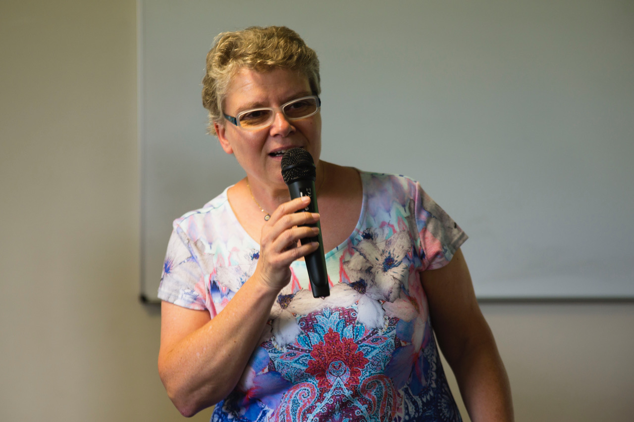 Schulleiterin Jutta Tschakert gratuliert den Abiturientinnen und Abiturienten