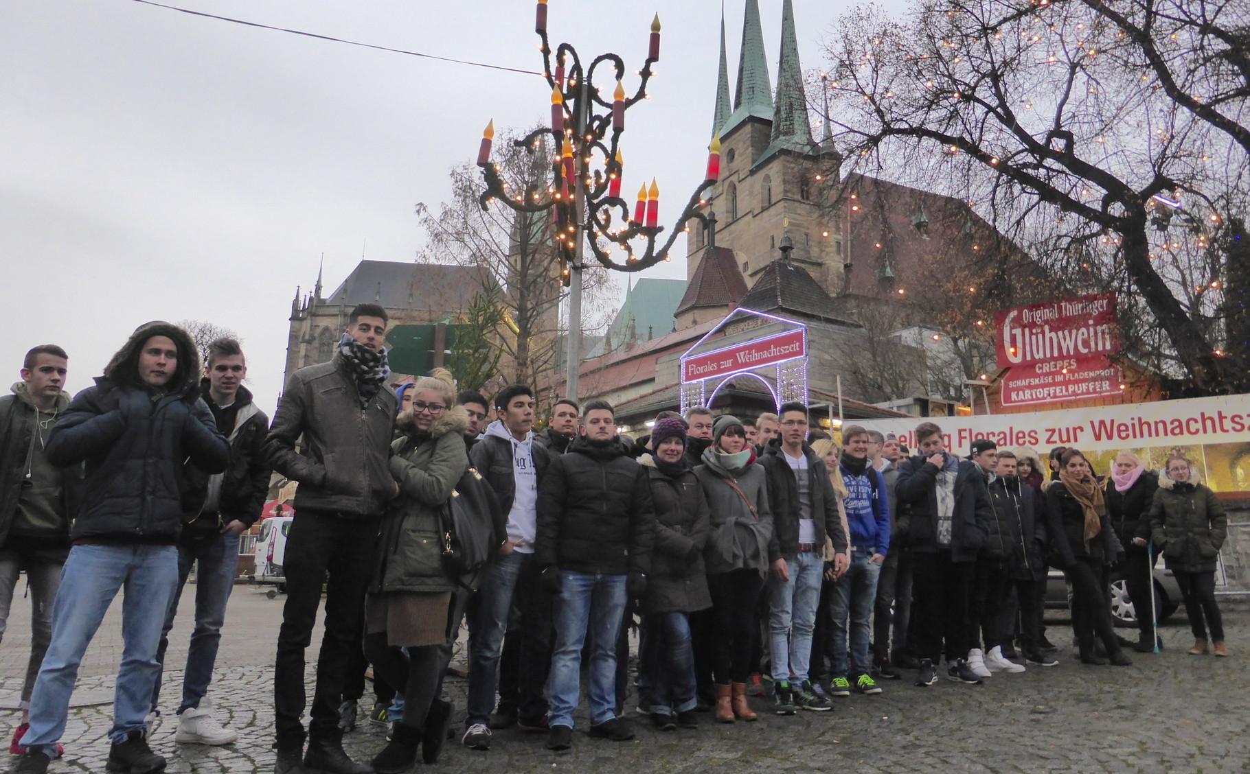 Schüler am Weihnachtsmarkt in Erfurt