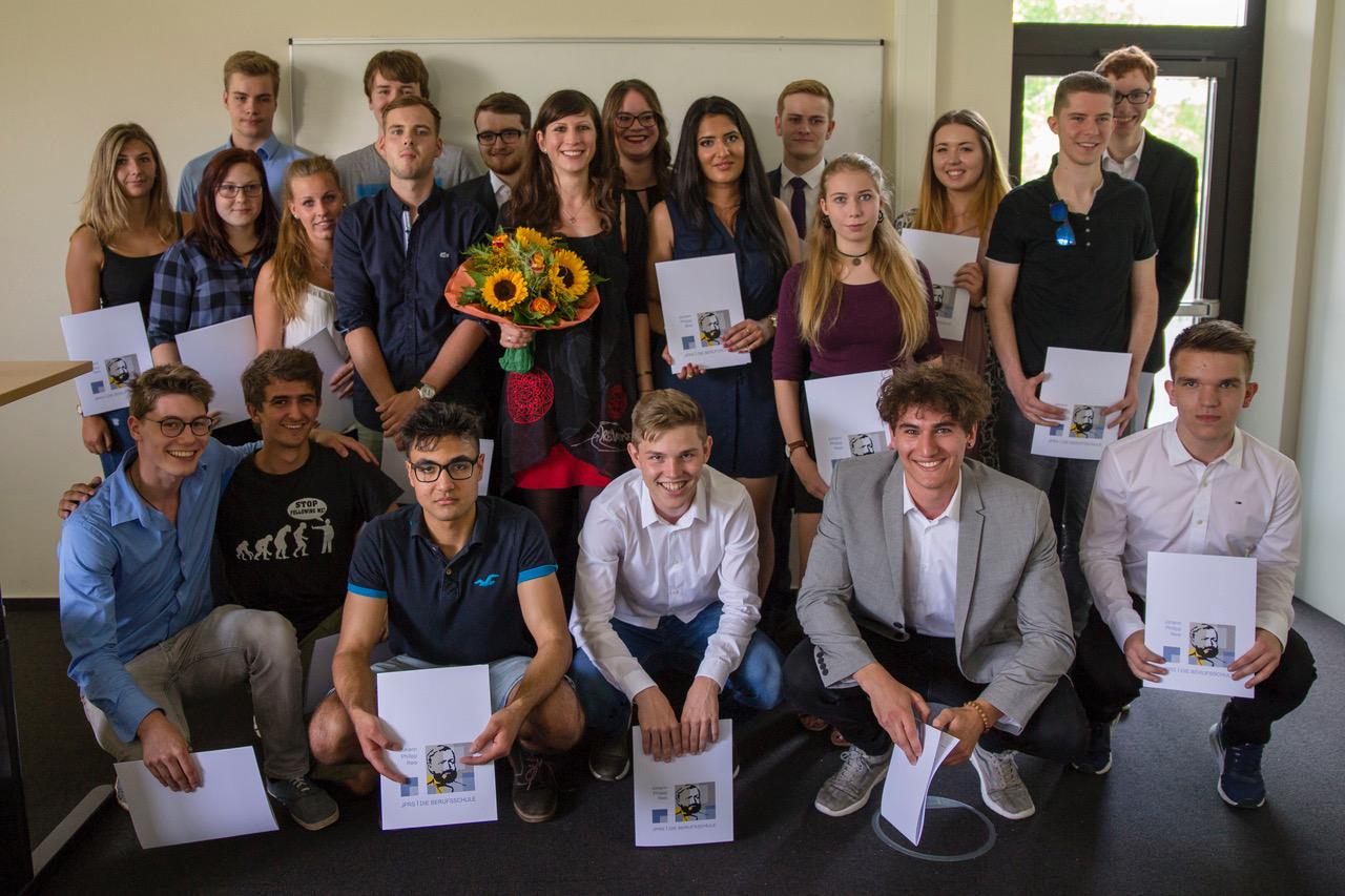 Klasse BG13c, in der Mitte Tutorin Eva Tinz