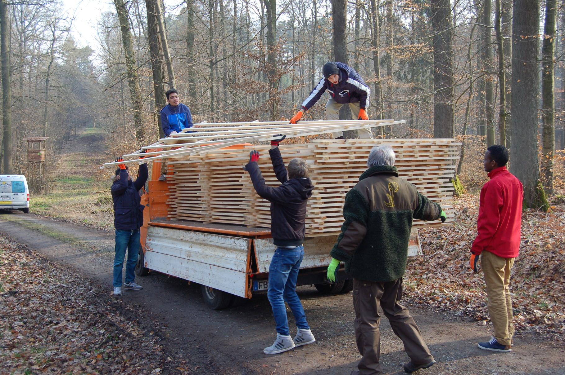 EIBE-Schüler beim Abladen der Horden im Wald