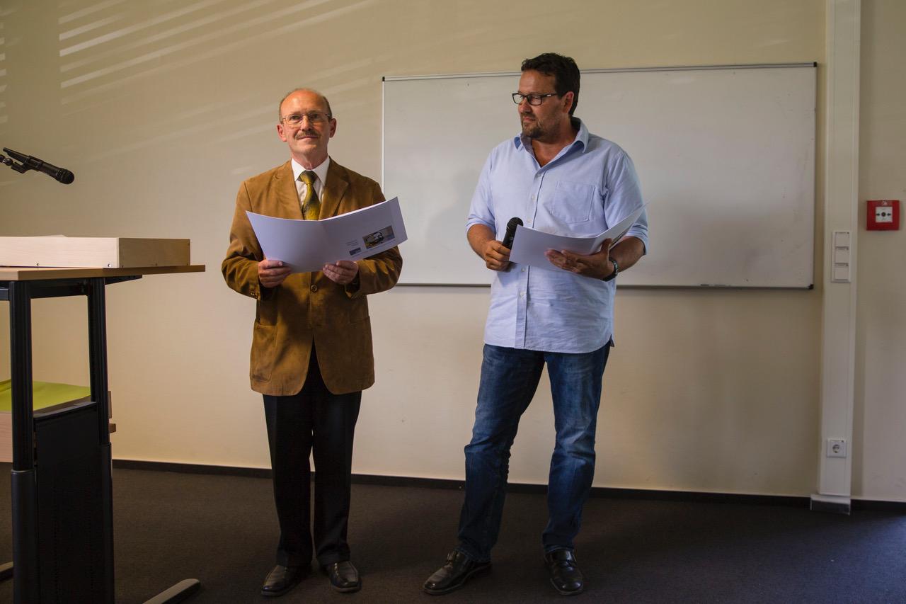 Übergabe der Zeugnisse, links Abteilungsleiter Herbert Sehl, Prüfungskoordinator Michael Spiegel