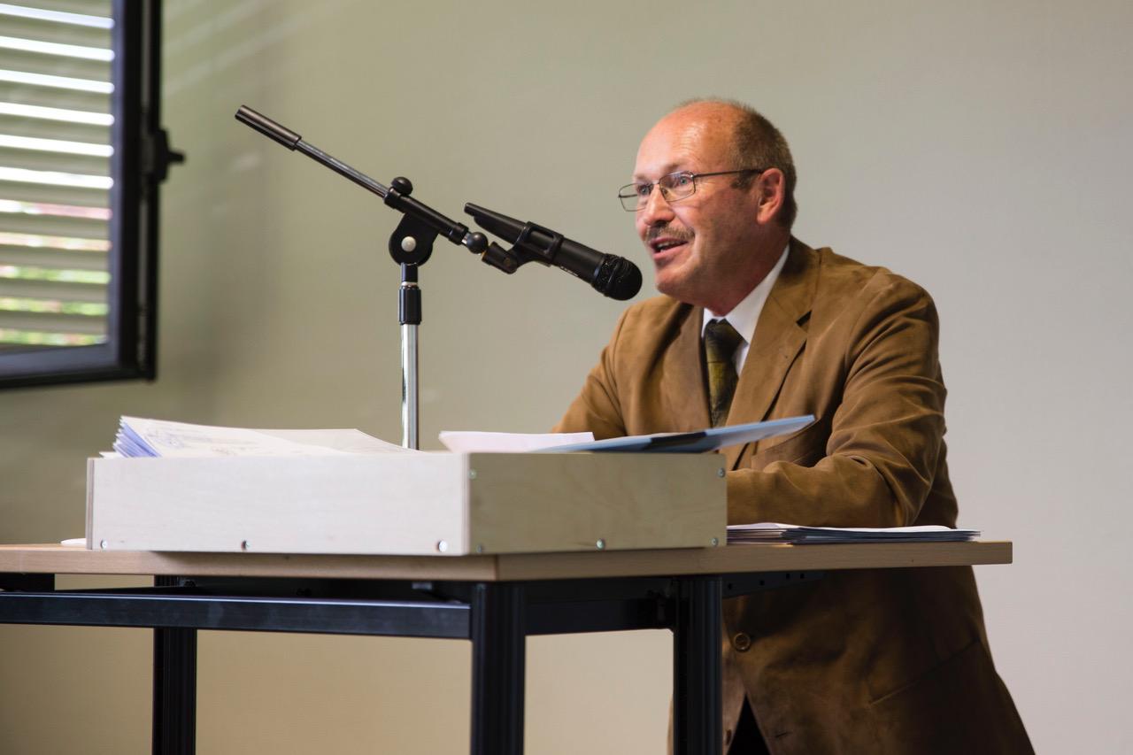 FOS-Abteilungsleiter Herbert Sehl gratuliert den Absolventinnen und Absolventen