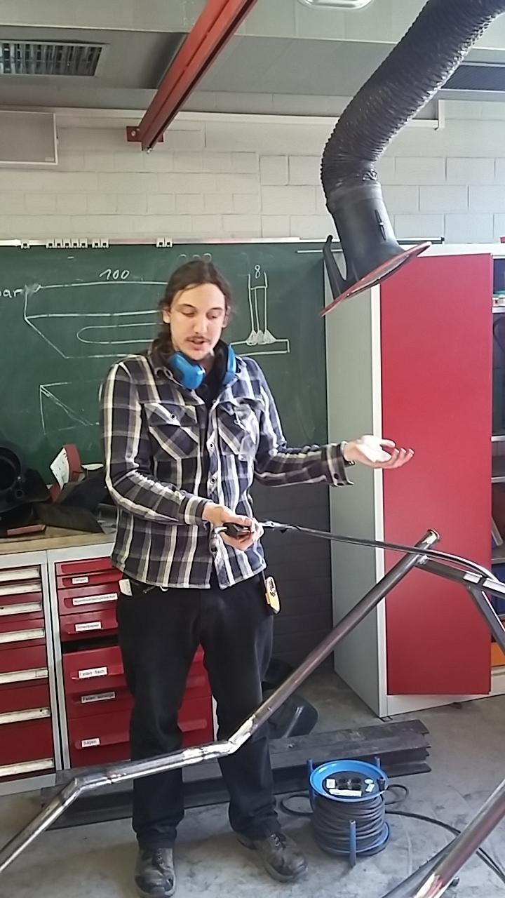 Konrad Steinhauer erläutert die Fabrikation der Schaukelliege