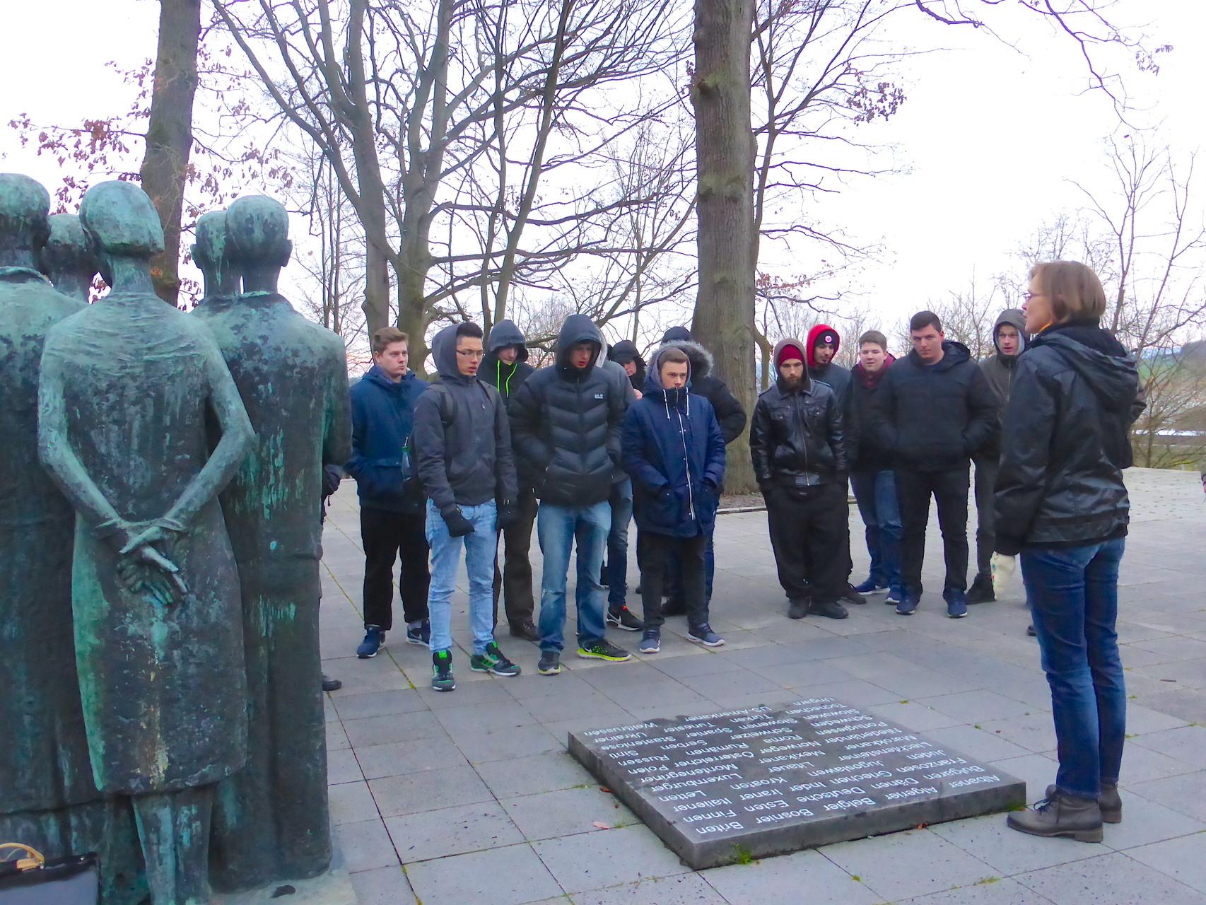 Schüler am Gedenkplatz