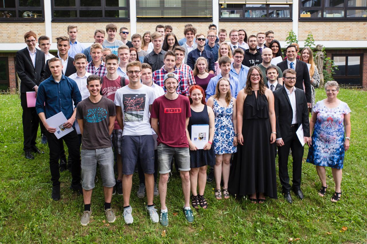 Abiturjahrgang 2017 der JPRS, rechts Schulleiterin Jutta Tschakert, dahinter BG-Abteilungsleiter Tobias Bauschke