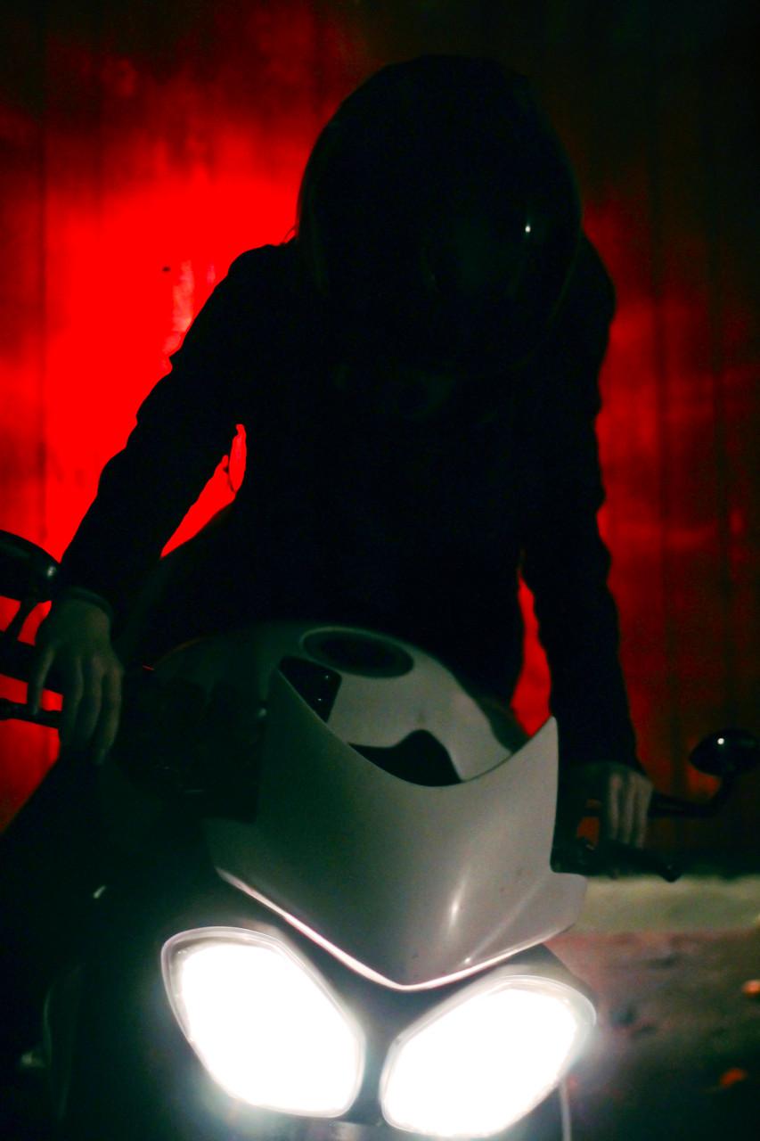 """Ma r i e H ü n l e i n """"Motorrad fahren hebt Grenzen auf. Mensch und Maschine, Natur und Technik, alles wird eins."""""""
