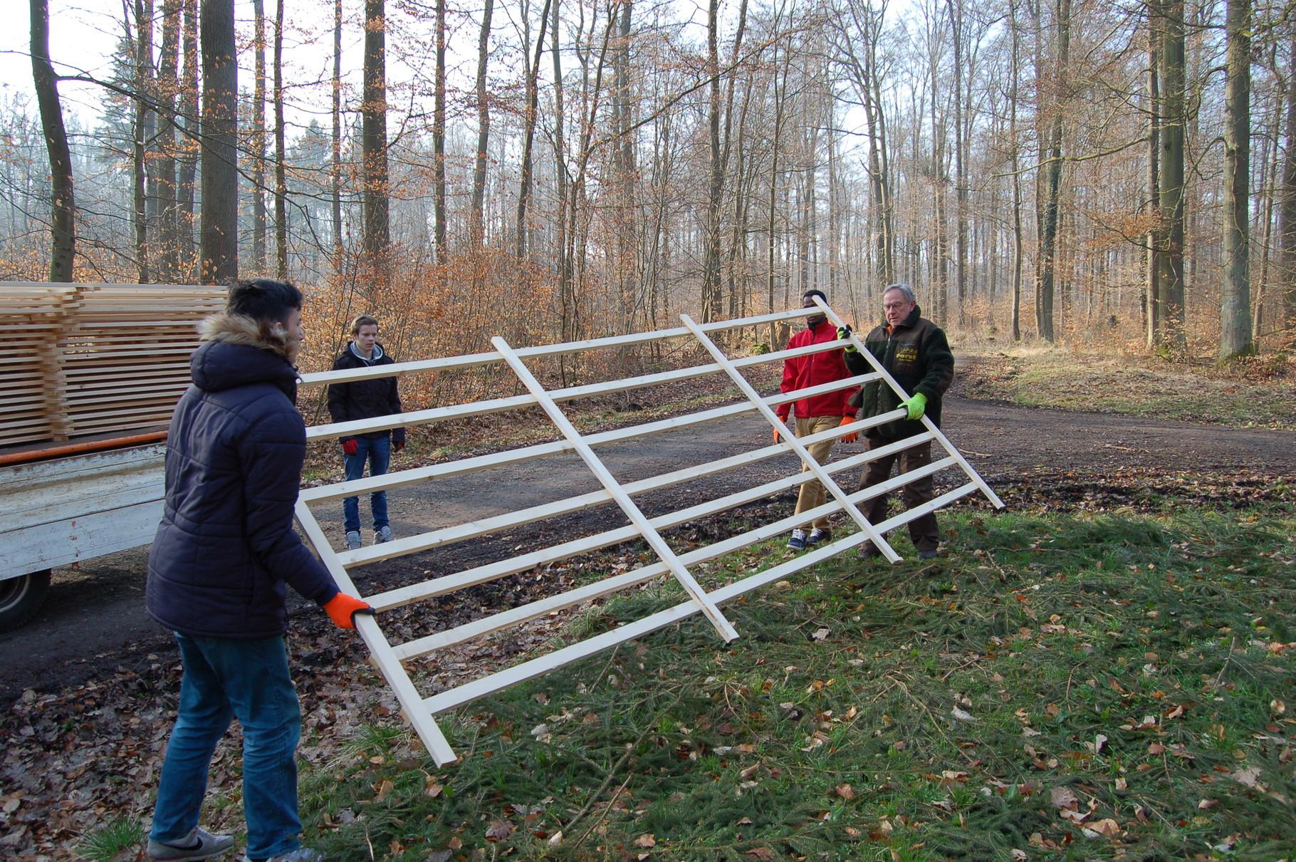 EIBE-Abteilungsleiter Klaus Kamm mit EIBE-Schülern beim Abladen der Horden