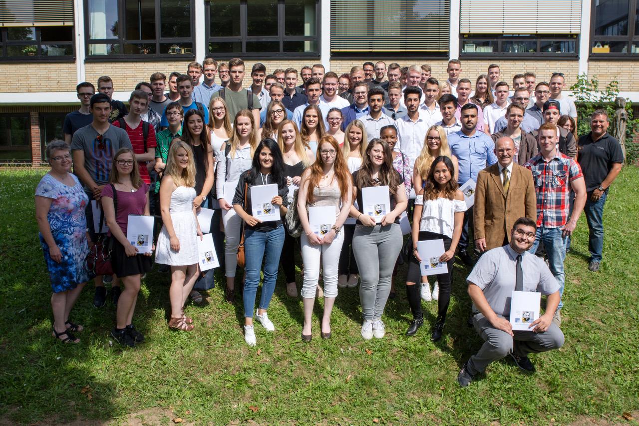 Absolventinnen und Absolventen der Fachoberschule, links Frau Tschakert, rechts Herr Sehl