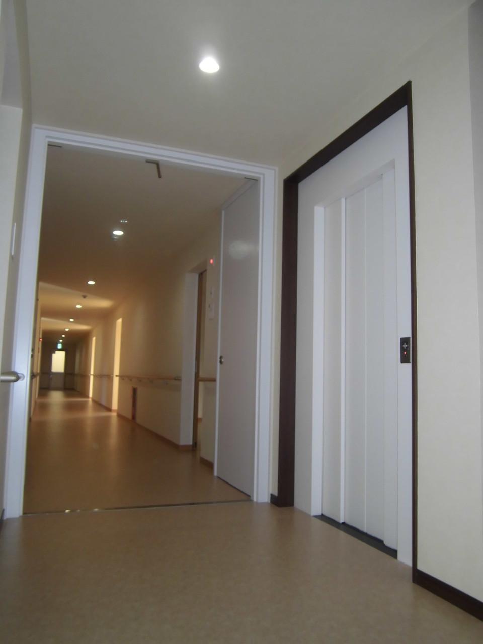 2階廊下(エレベーター、防火扉)