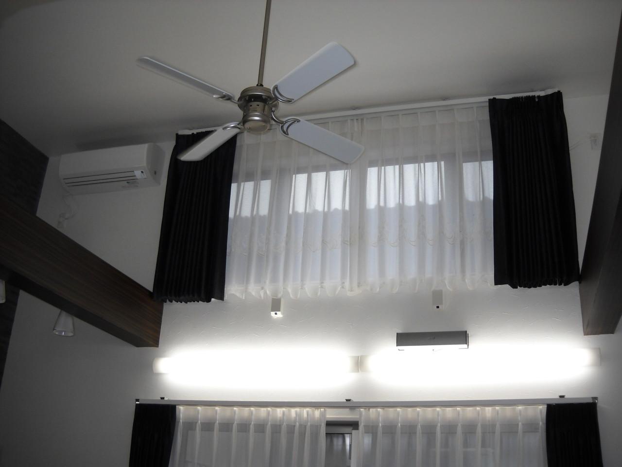 リビング上部に窓を設けることで明るいリビング