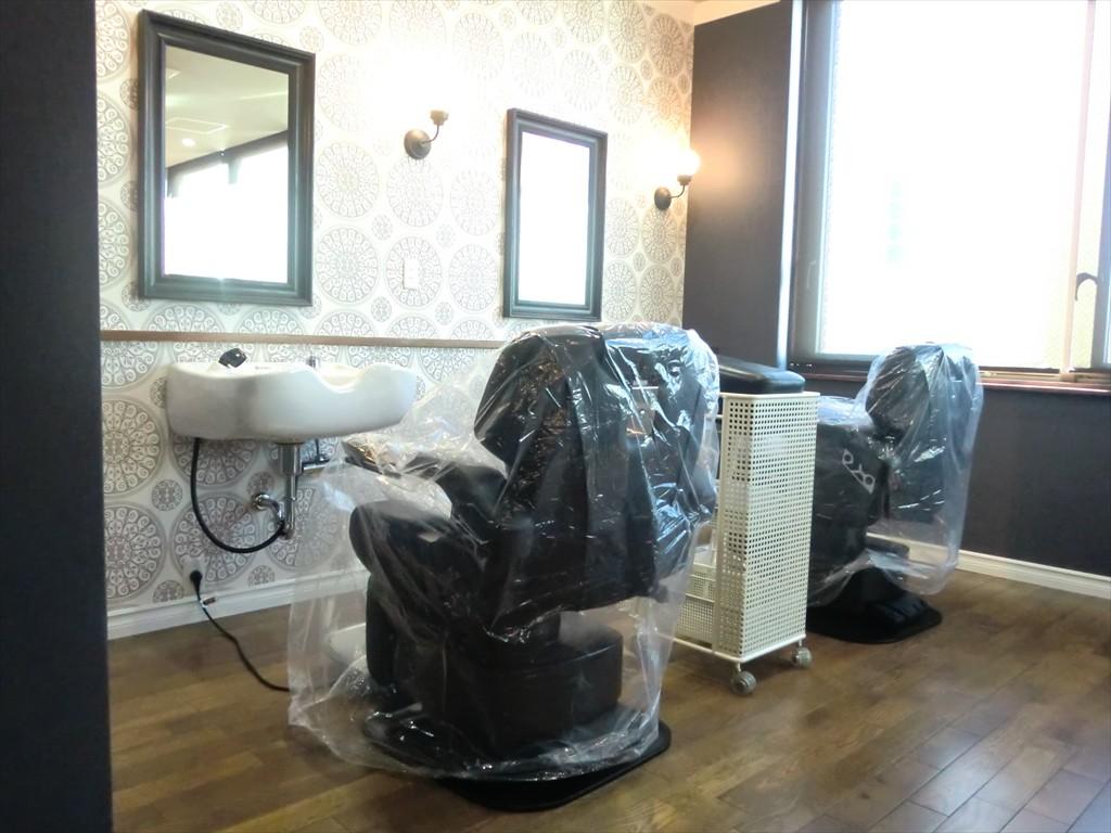 カットスペース -洗髪台もあり、移動の必要がありません-