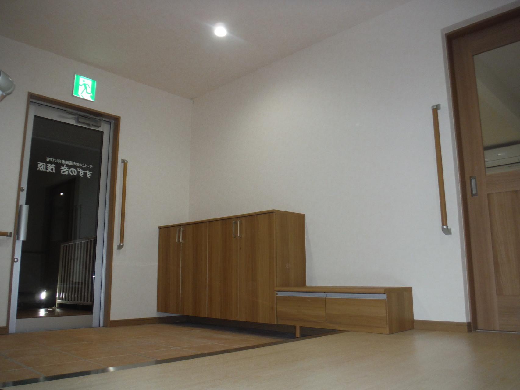 玄関 -各部に手すり設置-