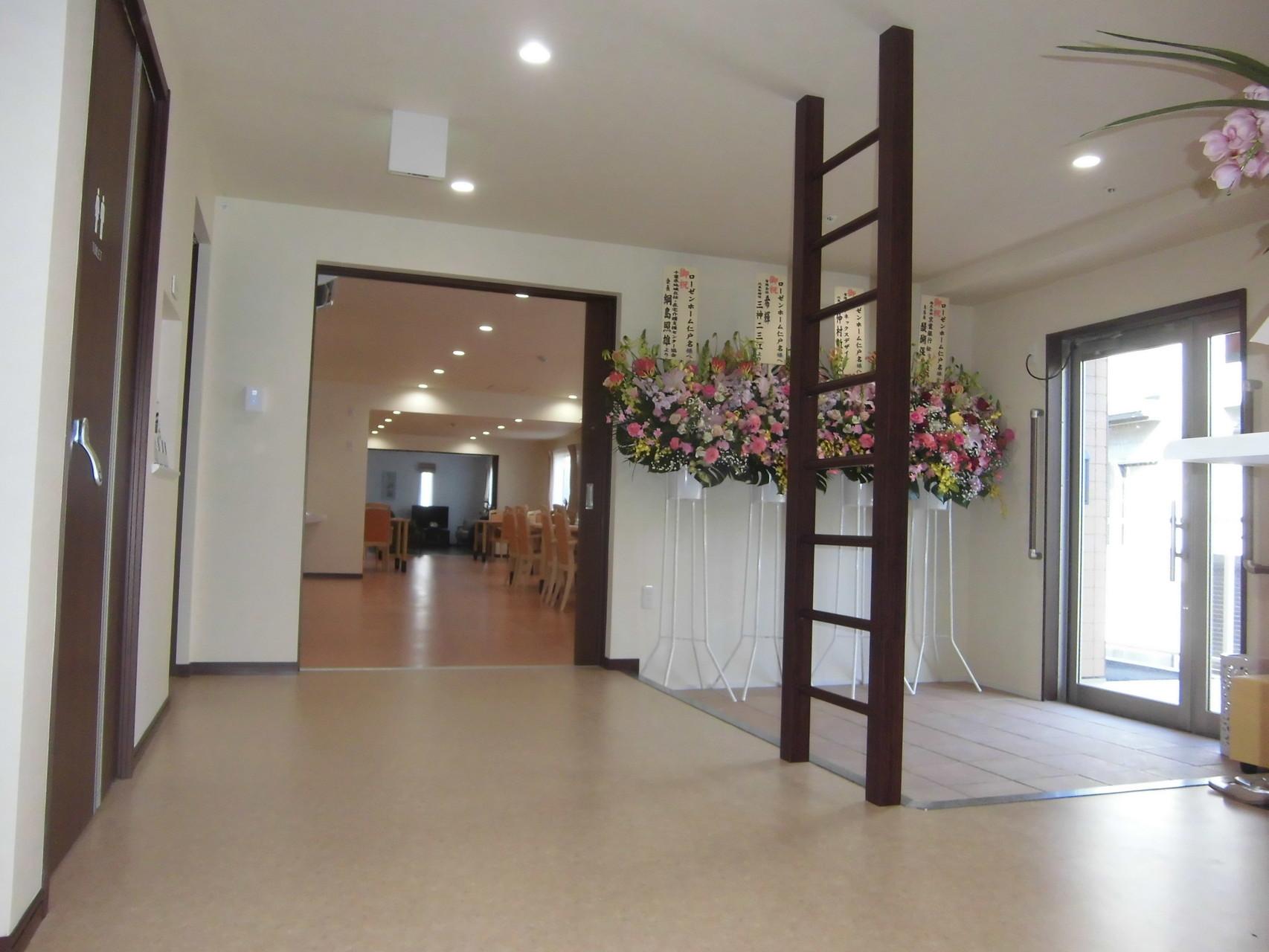 玄関ホール(奥に食堂、談話室)