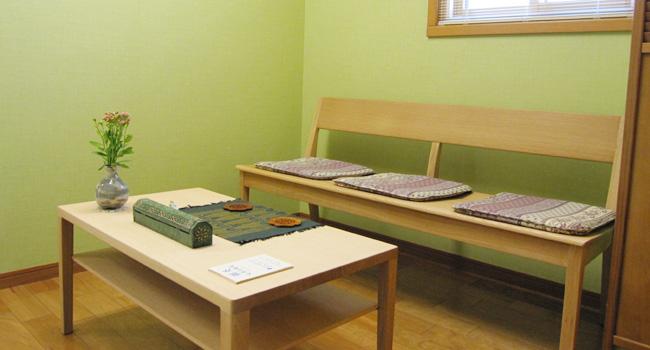 名古屋市千種区、東山公園駅からすぐ、鍼灸大津治療院の待合室