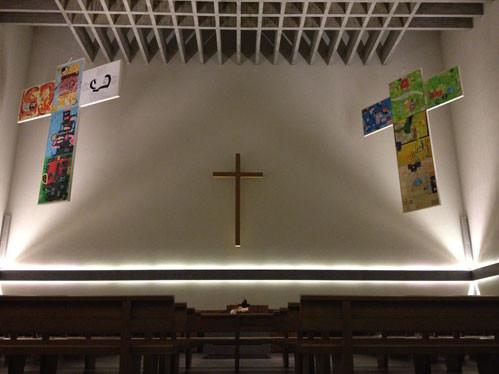 """""""Hängende Kreuze"""" in Monolith-Kirche Zürich. Luftdrehende Kreuze."""