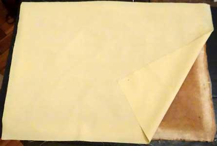 Bild 2: Gemälderückseite mit Leinwanddoublierung, weil der Bildträger brüchig war und viele Löcher aufwies