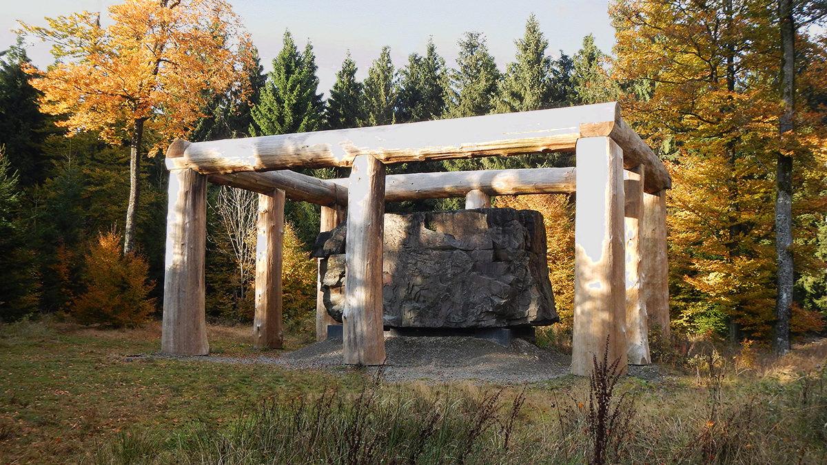 """Skulptur """"Stein-Zeit-Mensch"""" auf dem WaldSkulpturenWeg"""