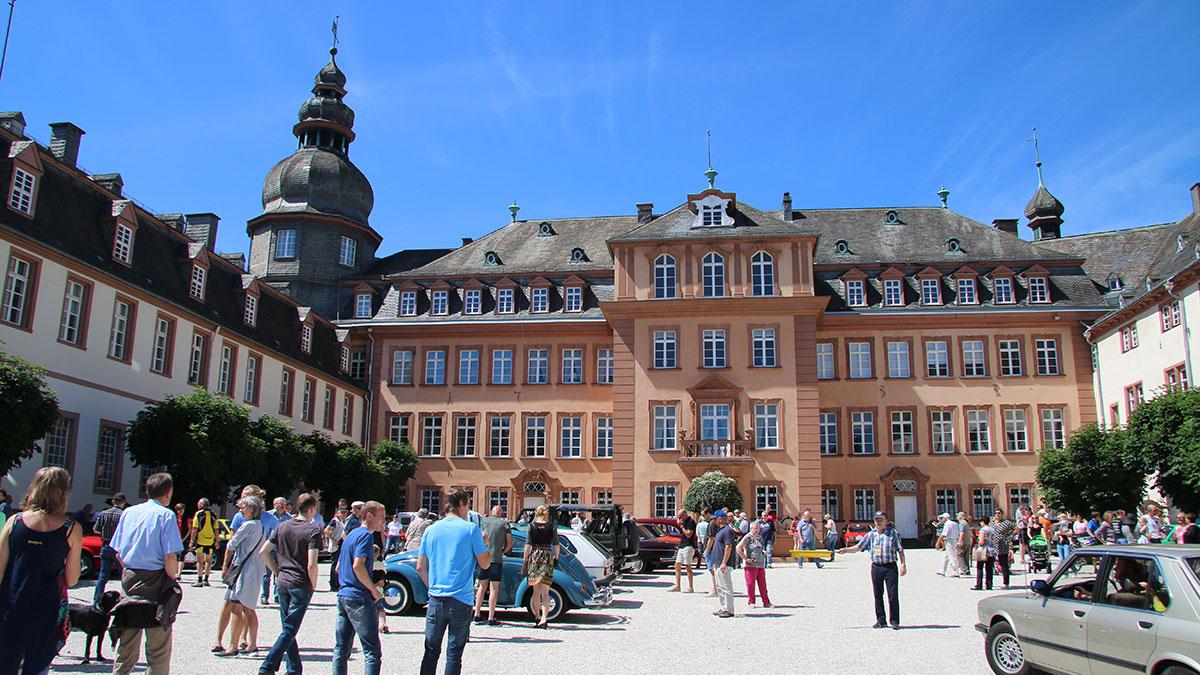 Oldtimertour im August - Zwischenstopp auf dem Schlosshof