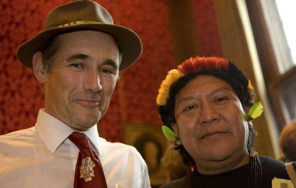 Survival-Botschafter Sir Mark Rylance mit dem Yanomami-Schamanen Davi Yanomami. Foto: © Survival