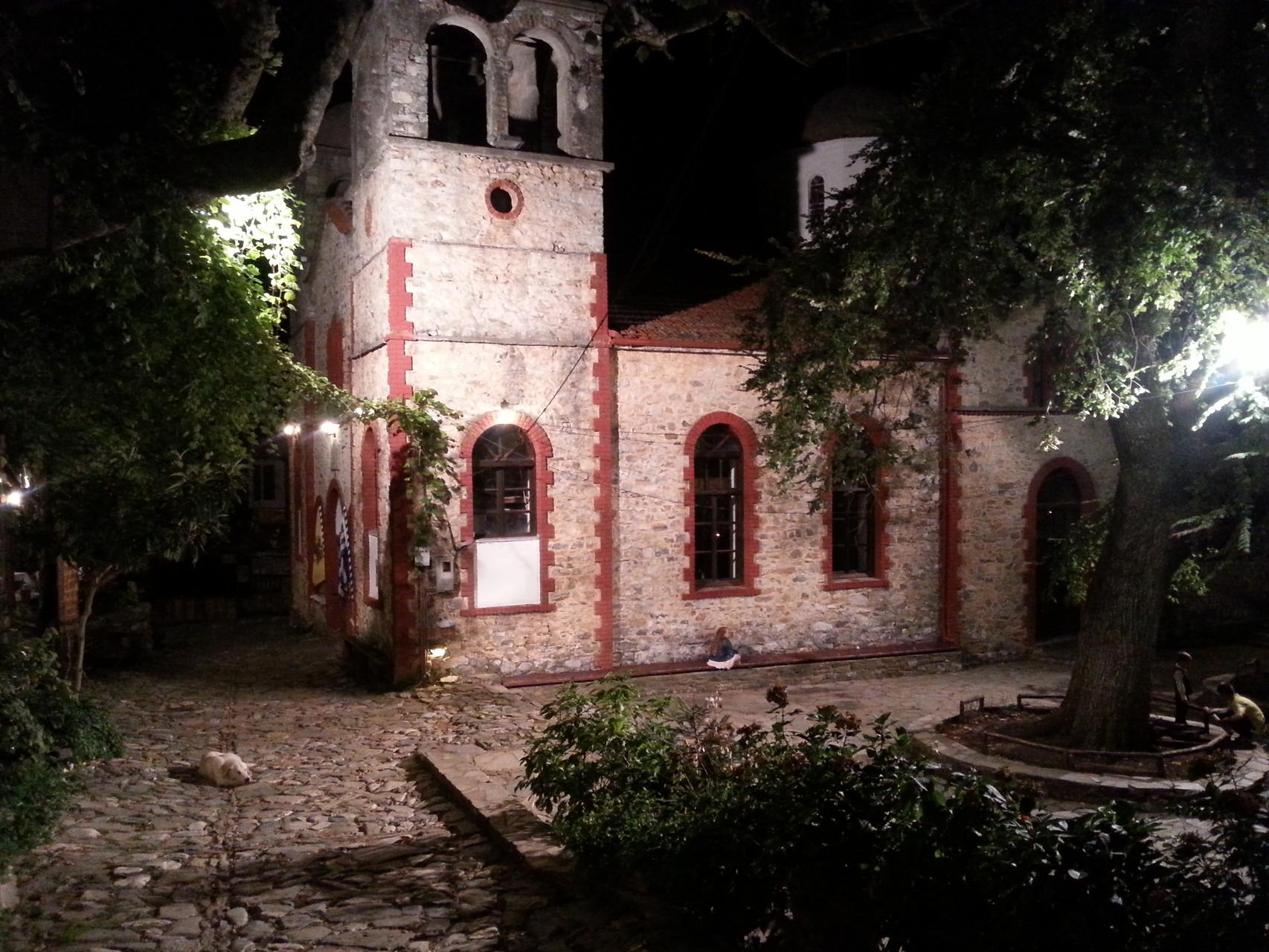 Die Kirche ist Mittelpunkt des Dorfplatztes