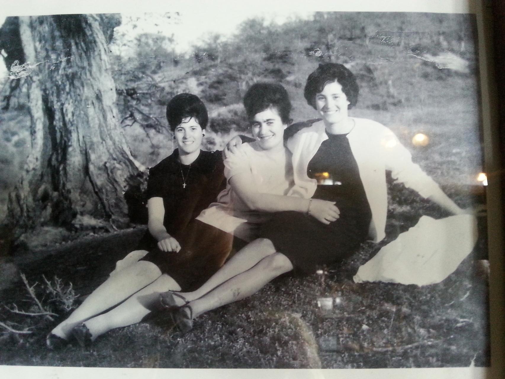 Drei hübsche grichische Damen um 1960