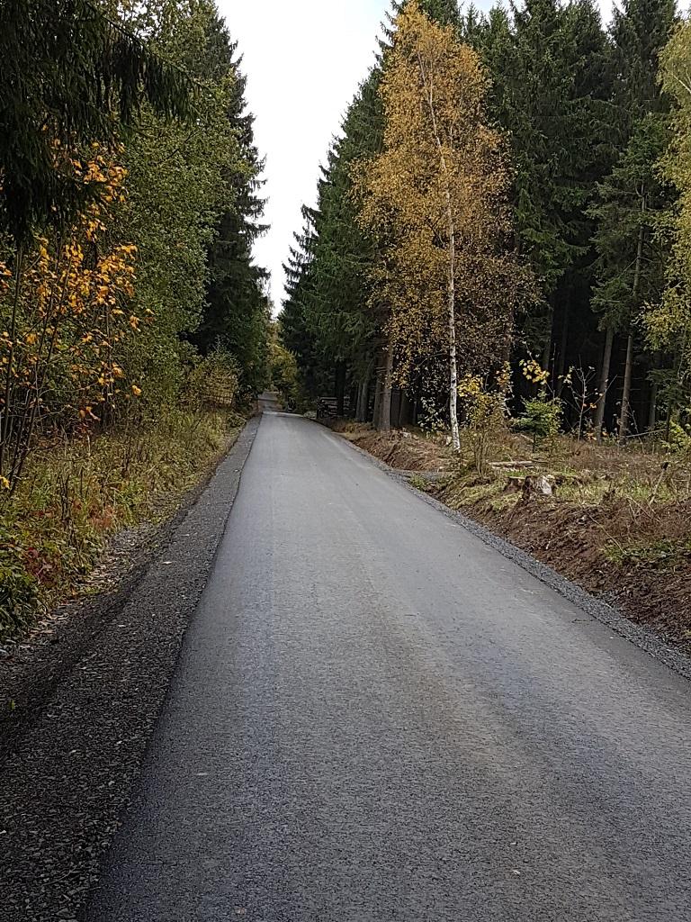 Blick vom Hofer-Hecke-Weg auf den ausgebauten Wirtschaftsweg